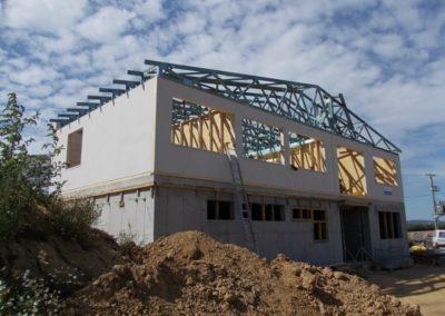Administrativní budova z dřevěných celostěnových panelů s vazníkovou střechou