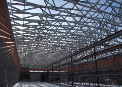 Dřevěná příhradová konstrukce zastřešení skladu v Dolních Kralovicích