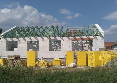 Sedlové střechy domu a garáže ve Ždírci