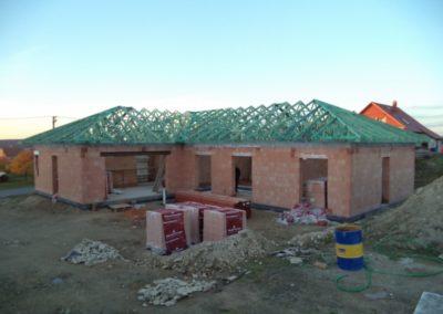 Valbová střecha na L-půdorysu ve Stanovišti