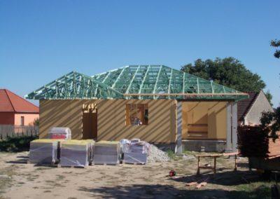 Valbová střecha s přípravou pro napojení na garáž ve Studnicích
