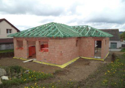 Valbová střecha s přístřeškem nad vstupem v Nové Vsi