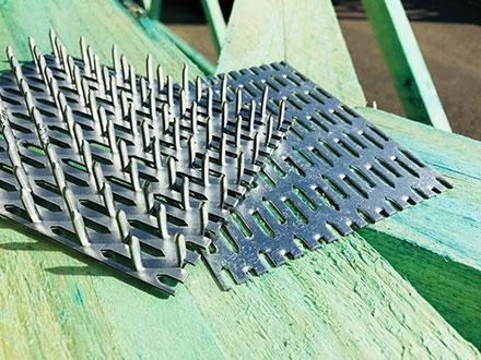 Styčníkové desky - žárově zinkovaný ocelový plech o tloušťce 1,5 a 2,0 mm s prolisovanými trny